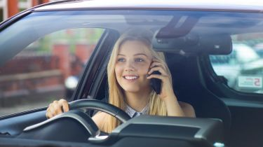 """聪明的应用程序设置为""""锁定""""年轻的驱动程序使用车轮的手机"""