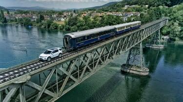 观看陆路罗夫探索运动拉动100吨吨火车